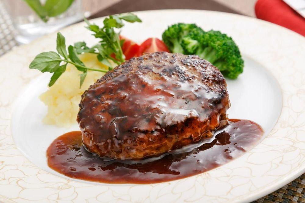 東京 「ラ・ベットラ・ダ・オチアイ落合務監修」 牛肉100%ハンバーグと黒トリュフソース